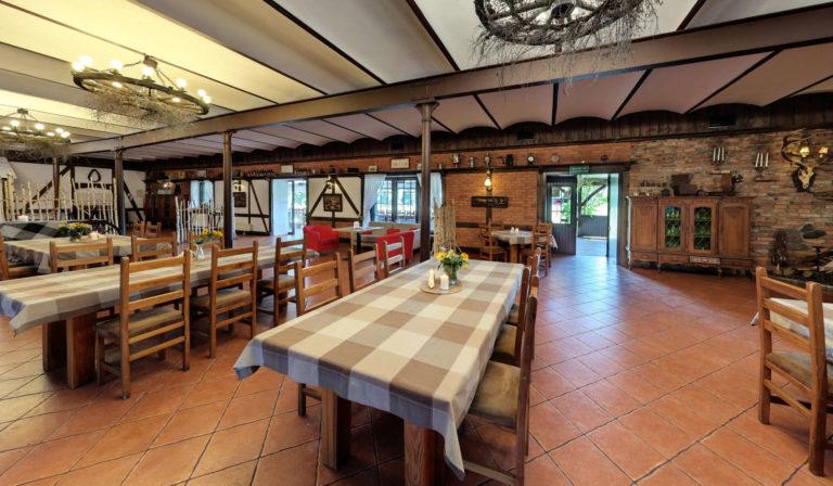 stara stajnia pleszew stoły w restauracji